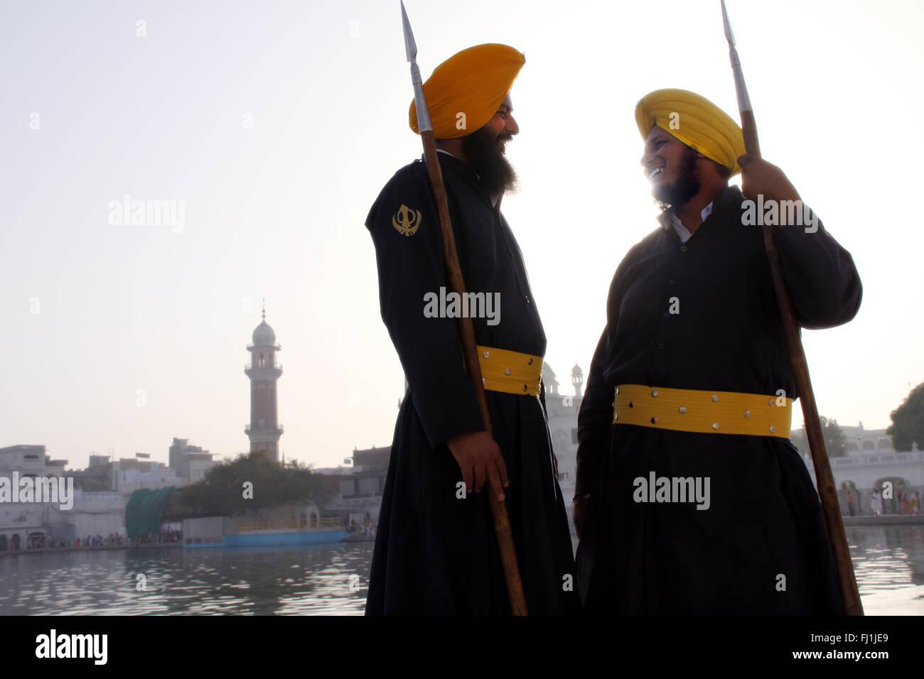 Guardias de seguridad Sikh en el Templo de Oro de Amritsar, india Imagen De Stock