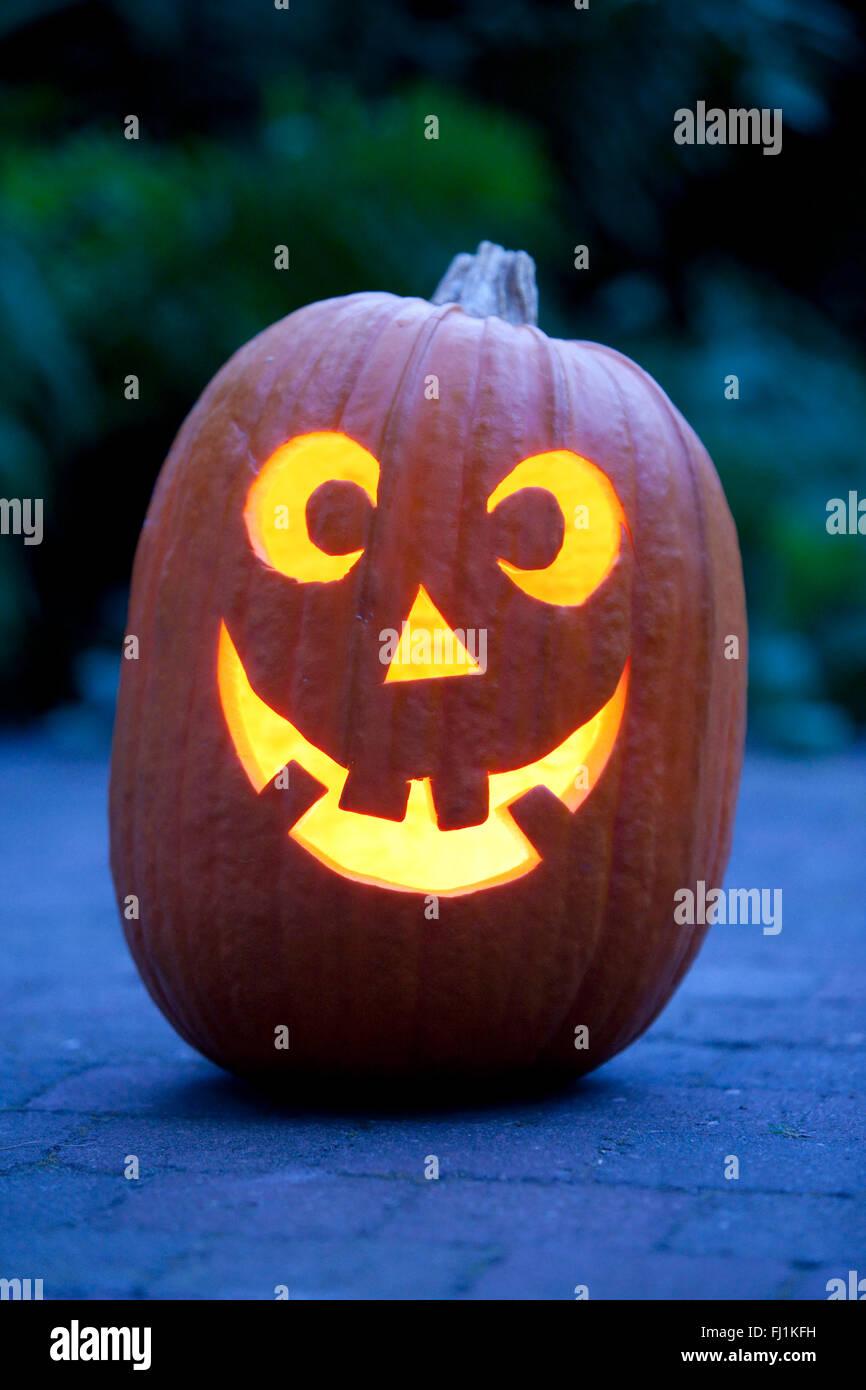 Iluminado calabaza de Halloween en el jardín Imagen De Stock