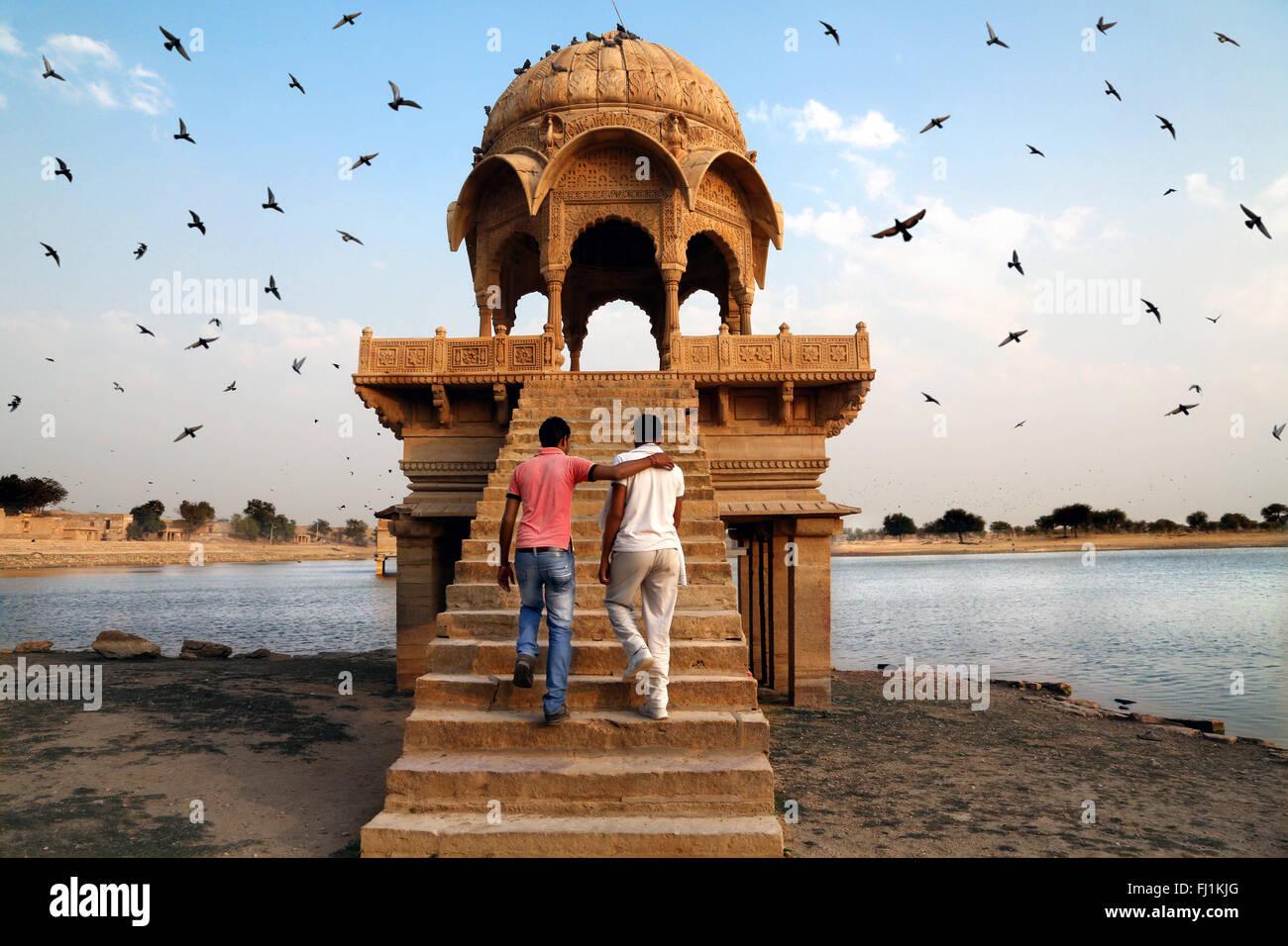 Dos hombres visite el lago Gadi Sagar en Jaisalmer, India Rajasthan Imagen De Stock