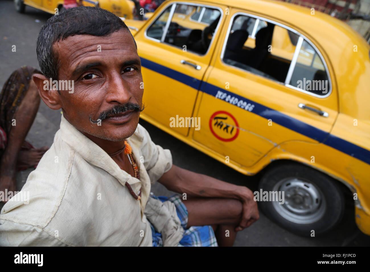 Retrato de bengalí taxi driver clientes esperando en la estación de tren Howrah , Kolkata, India Imagen De Stock
