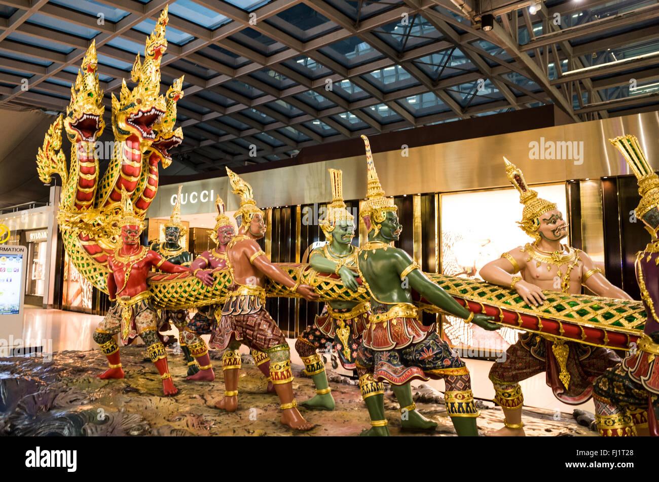 Una ornamentada mostrar en la terminal del aeropuerto Suvarnabhumi de Bangkok, Tailandia. Imagen De Stock