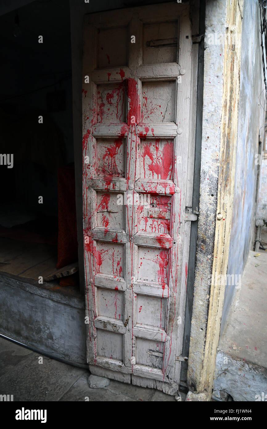Puerta con colores Holi Varanasi, India - Arquitectura Imagen De Stock