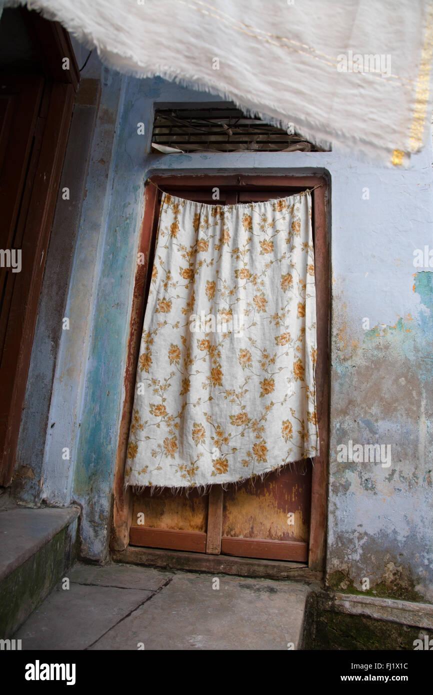 Puerta con la hoja en la parte antigua de la ciudad de Varanasi, en India Imagen De Stock