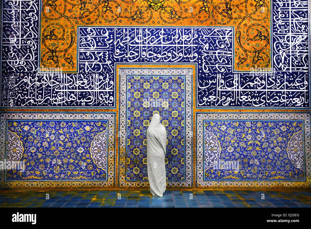 Mujer musulmana con velo y la arquitectura de la mezquita de Sheikh Lotfollah, Isfahan Imagen De Stock