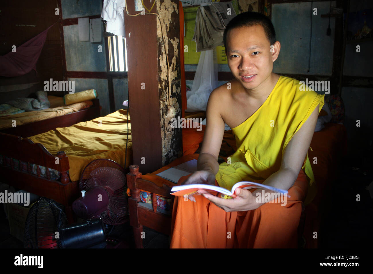 Retrato del monje en el monasterio budista en Luang Prabang, Laos, Asia Foto de stock