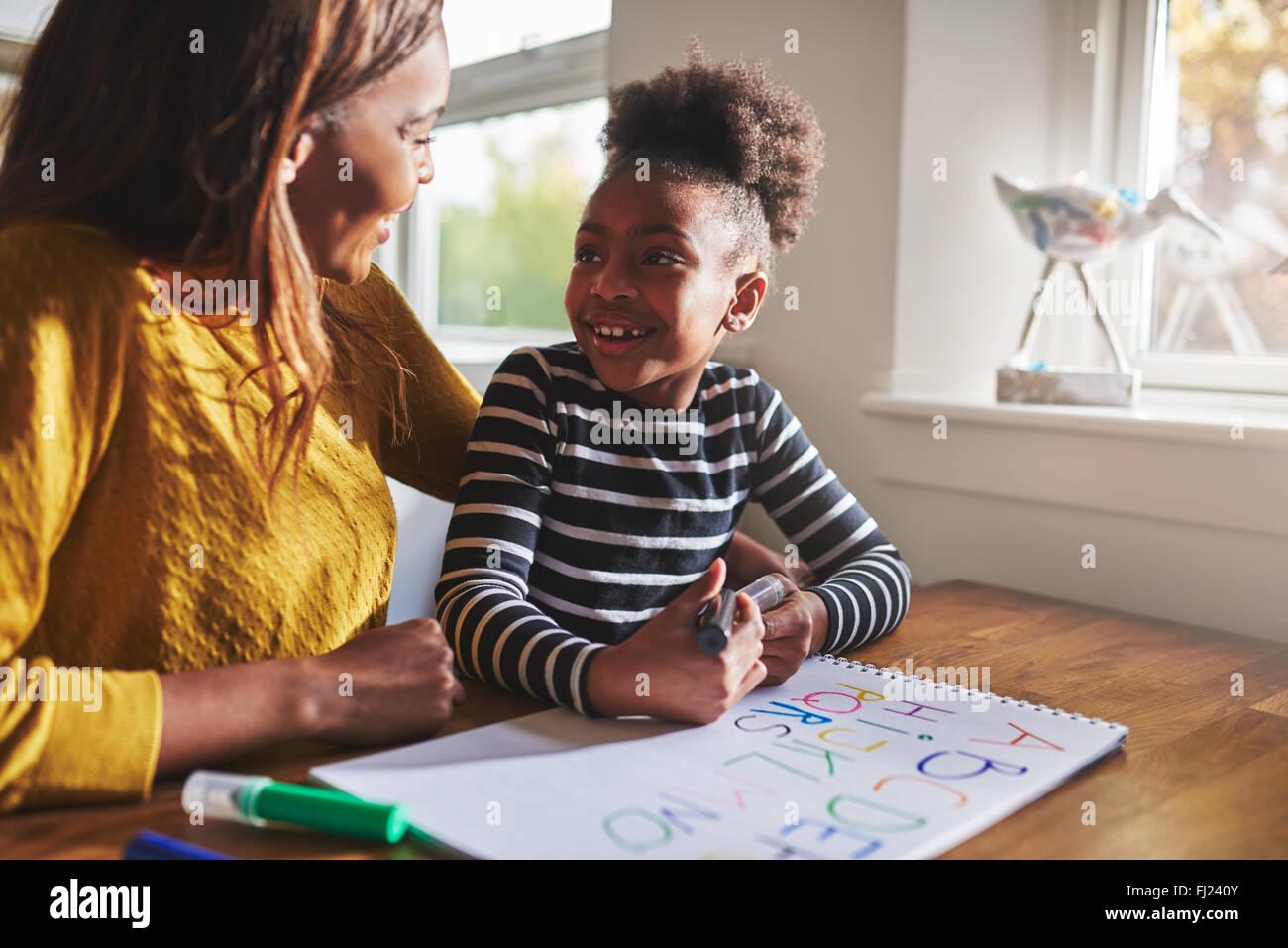 Poco negro niña aprendiendo a calcular para la escuela elemental Imagen De Stock