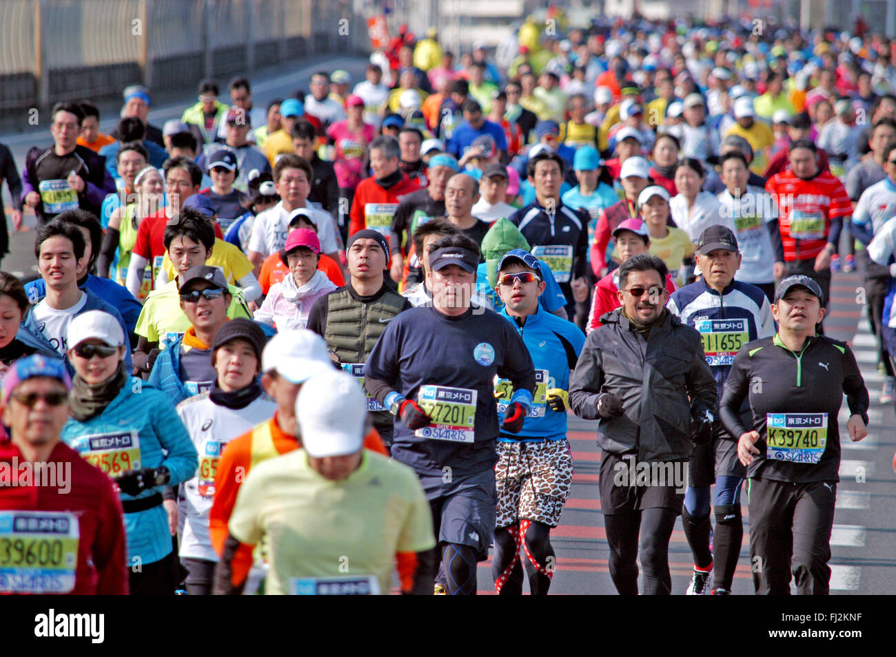 Tokio, Japón. 28 Feb, 2016. Una corona de corredores de Maratón de Tokio pasa de 43 km en el koto Ward, Imagen De Stock