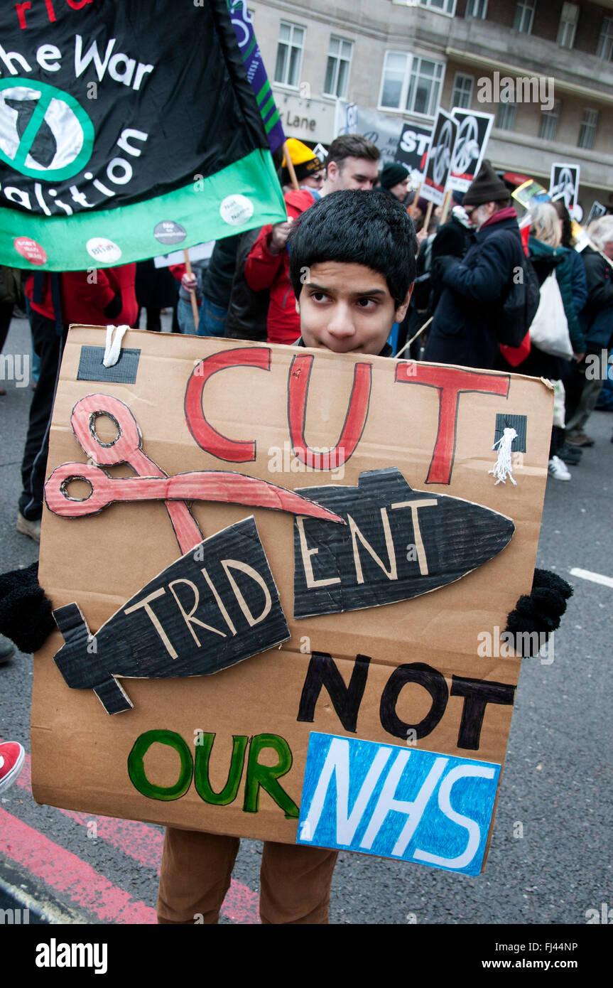 Detener Trident manifestación organizada por la CND. Un niño sostiene un cartel hecho en casa diciendo Imagen De Stock