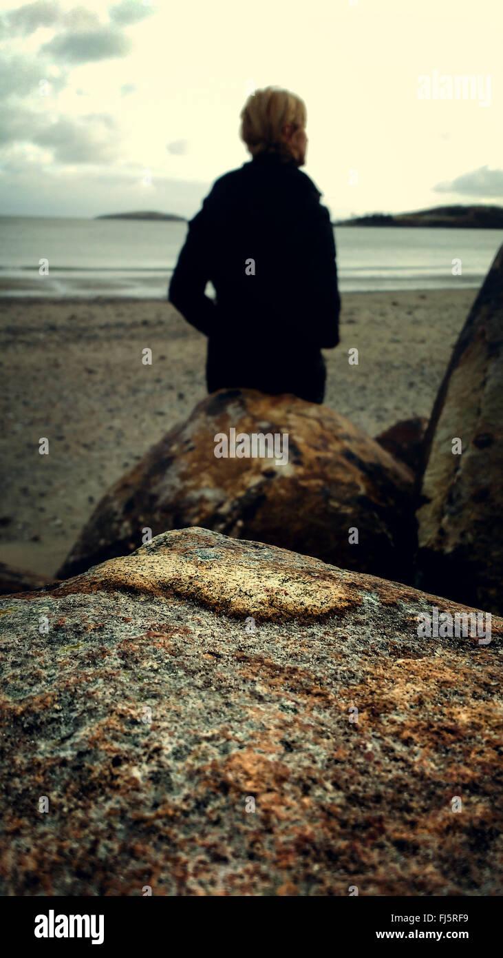 Mujer joven en la playa de las rocas Imagen De Stock