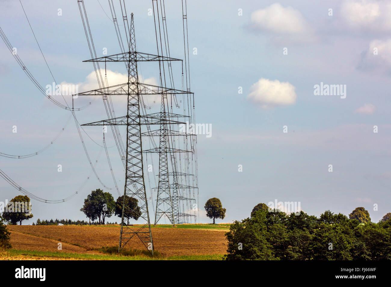 Líneas de alta tensión en el paisaje de campo, Alemania, Baviera, Oberbayern, Alta Baviera Imagen De Stock