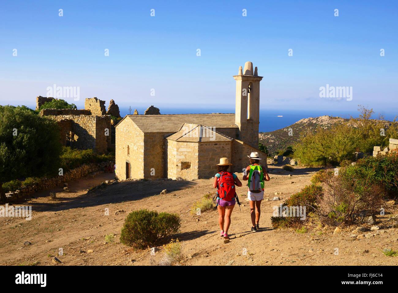 Wanderer en la pequeña aldea de Occi en desuso, Francia, Córcega, Calvi Imagen De Stock
