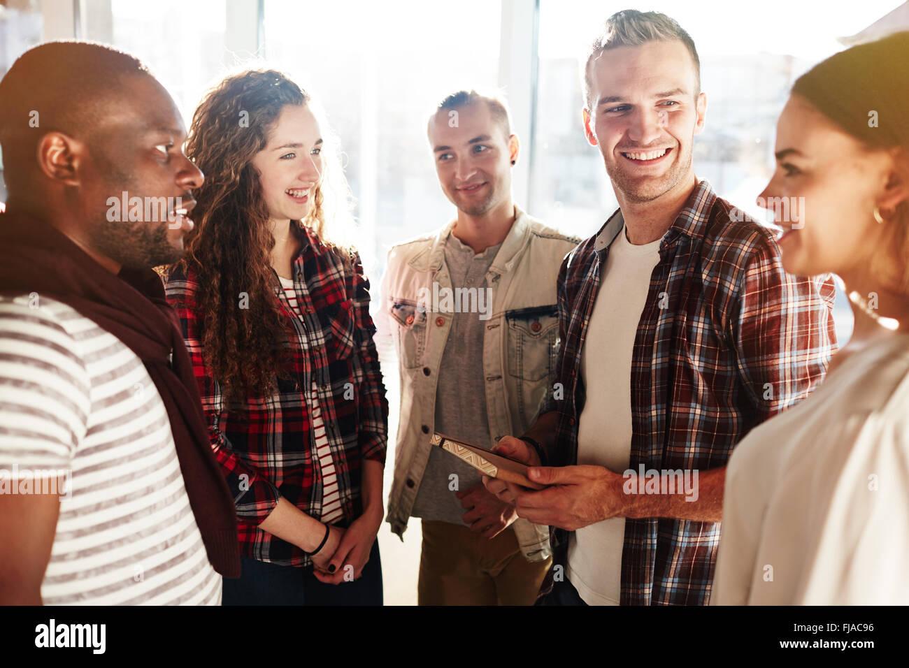 Los adolescentes modernos que hable durante el rodaje Imagen De Stock