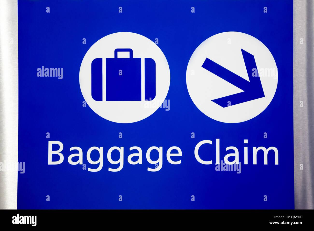 Signo de reclamo de equipaje del aeropuerto de azul con maleta y símbolos de flechas. Imagen De Stock