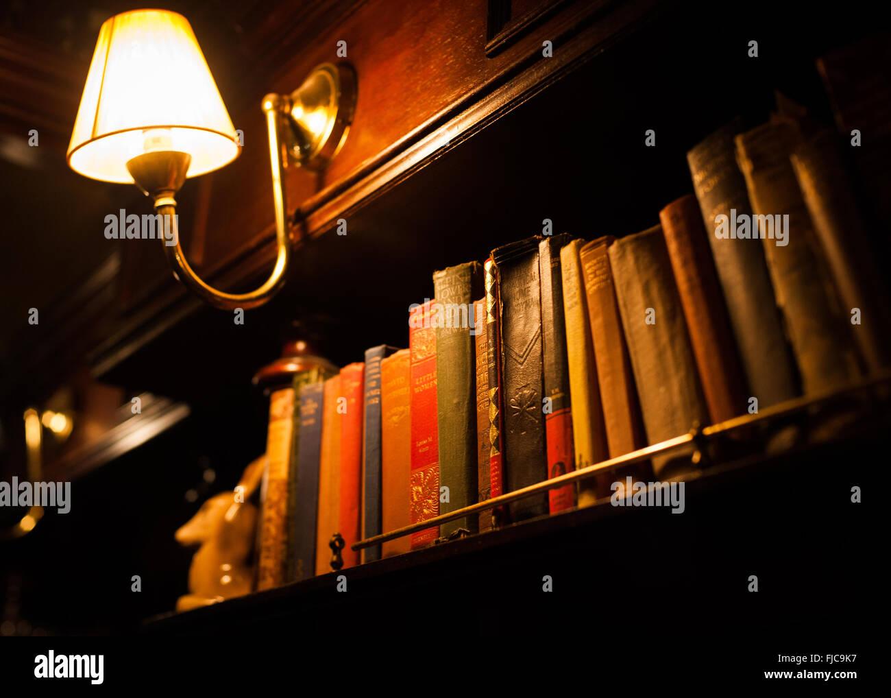 Libros antiguos en el pub victoriano, Crouch End, Londres, Imagen De Stock