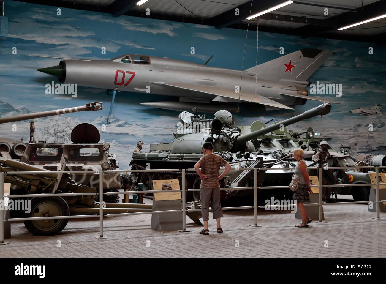 Una guerra fría Soviética Mig 21 aviones de combate y otros vehículos militares de la guerra fría Imagen De Stock