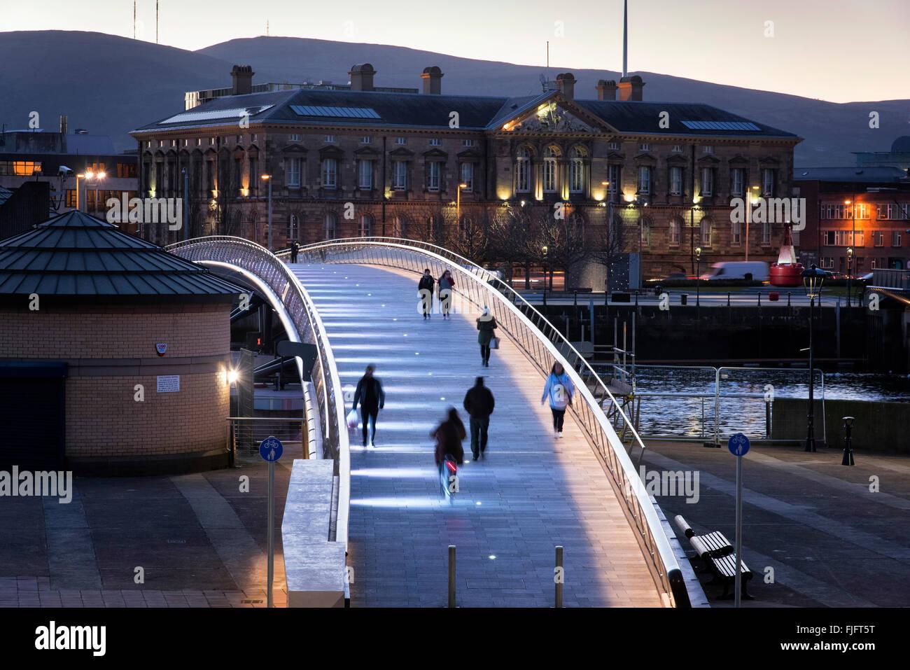 Lagan weir puente peatonal y ciclista Belfast, Irlanda del Norte al atardecer Imagen De Stock
