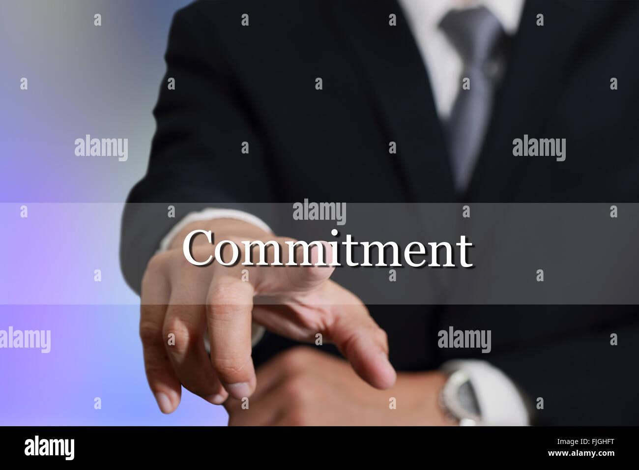 Empresario mano tocando el compromiso firme en la pantalla virtual como concepto de compromiso. Imagen De Stock