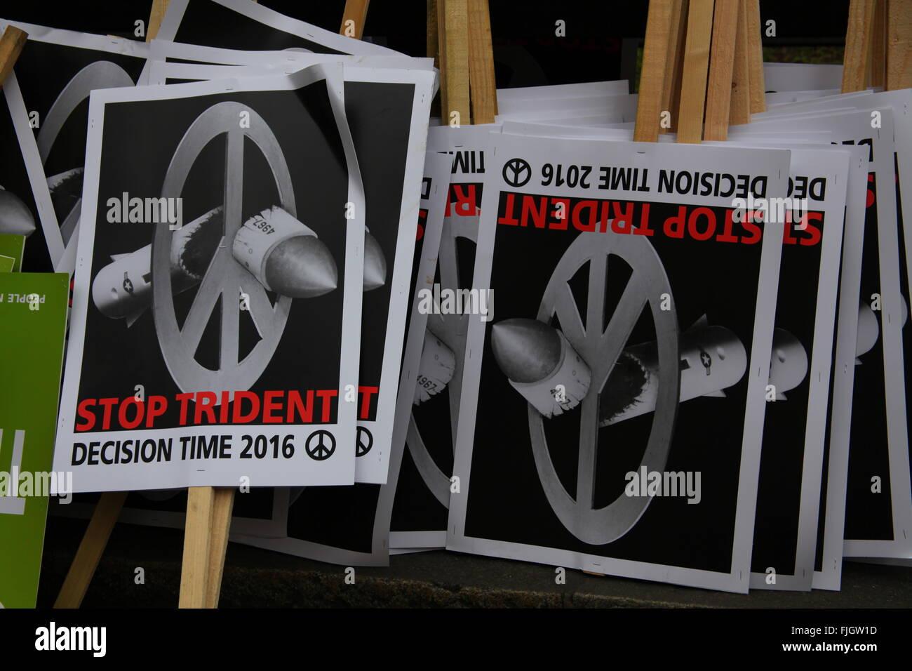 Londres, Reino Unido. 27 de febrero de 2016. Pancartas para la CND Detener Trident demostración de renovación. Imagen De Stock
