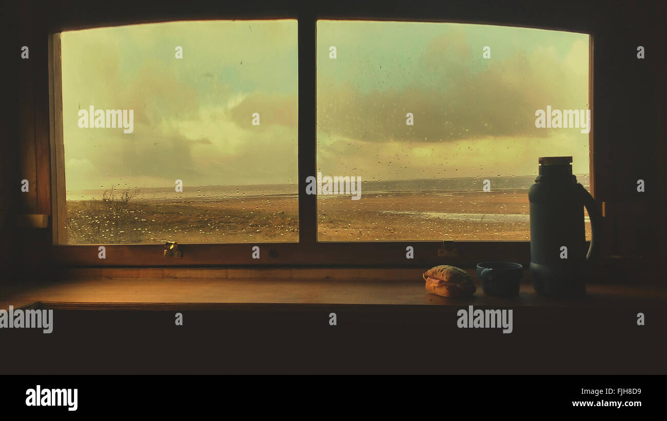 Moody asiento de ventana bodegón con un frasco y sándwiches. Imagen De Stock