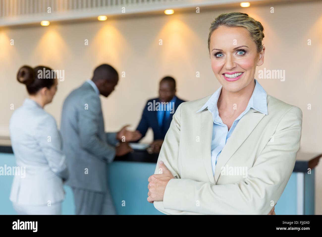 Hermosa gerente de banco con clientes en fondo Imagen De Stock