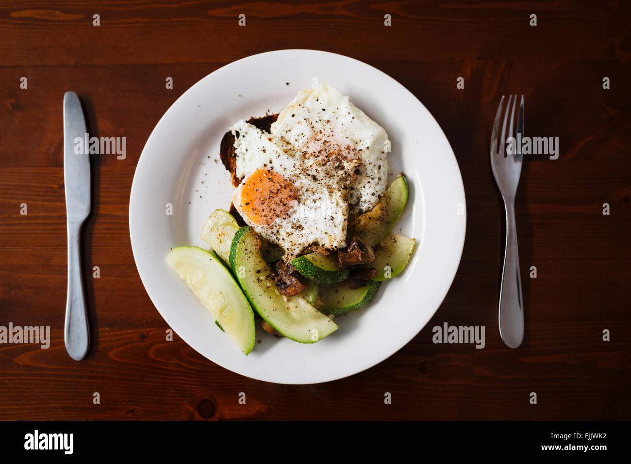 Desayuno saludable, huevos y calabacín Foto de stock