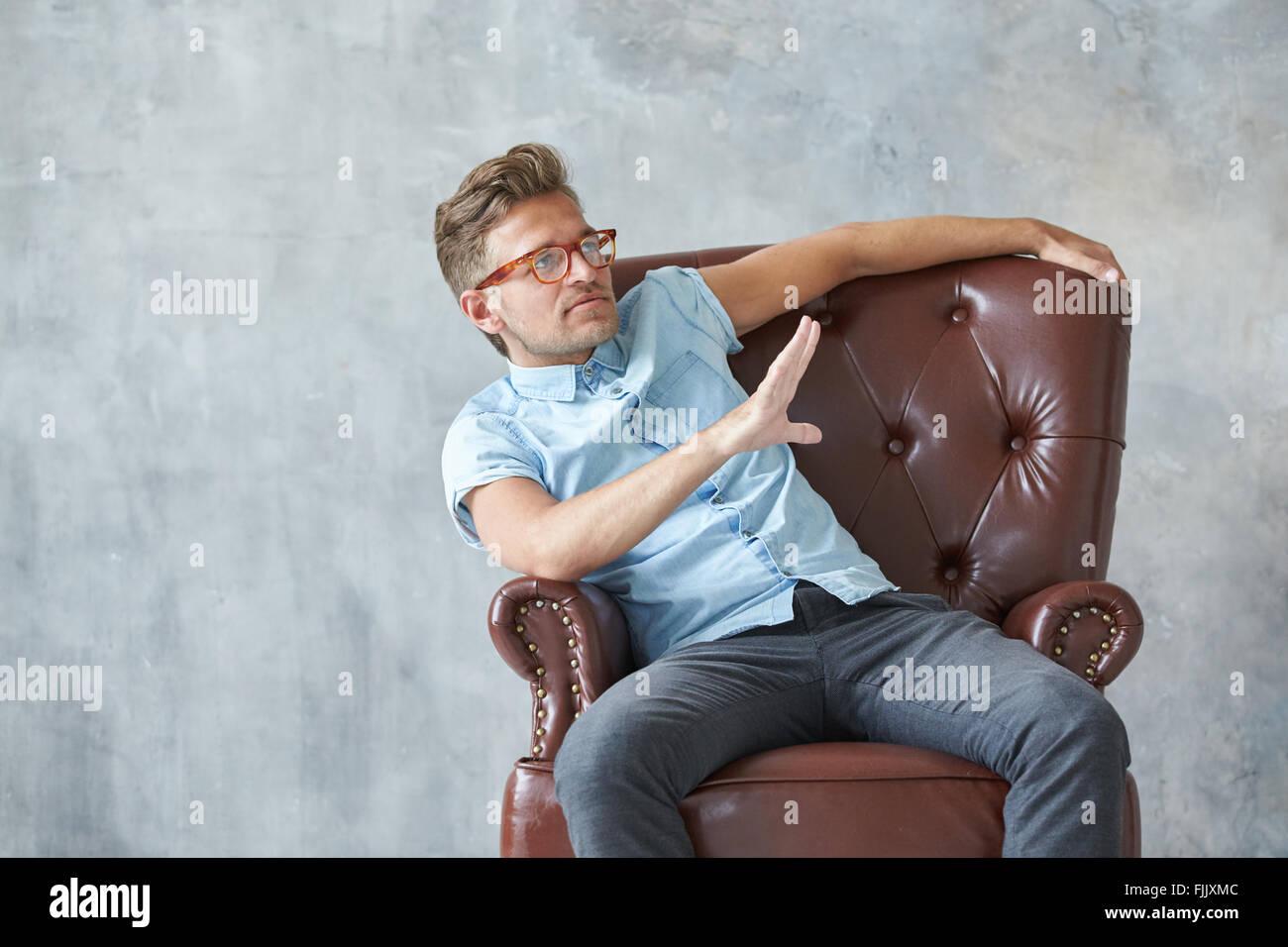 Retrato de un hombre inteligente y elegante mirando hacia la cámara, pequeña unshaven, carismático, Imagen De Stock