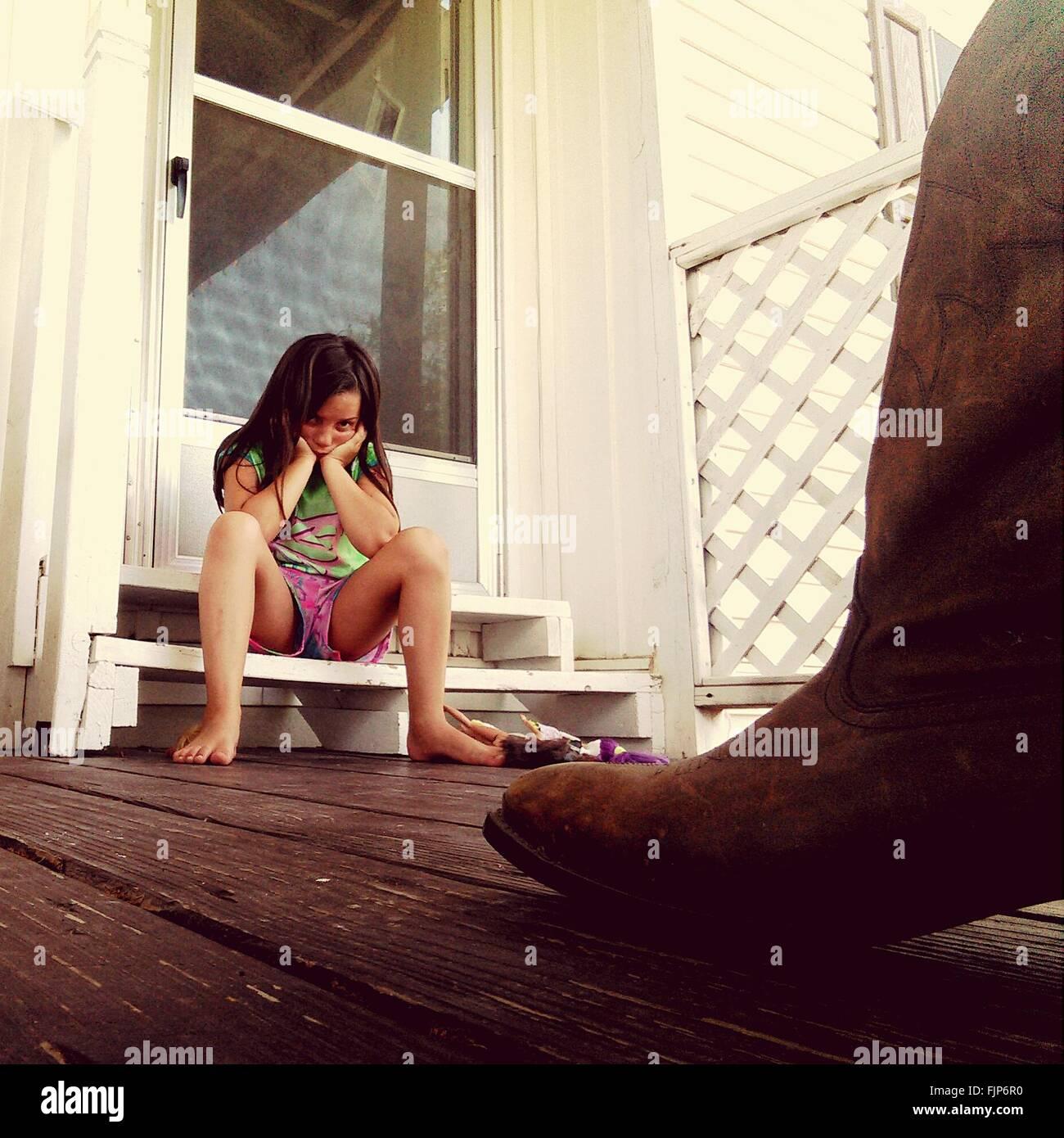 Ángulo de visión baja de chica sentada en pasos Imagen De Stock