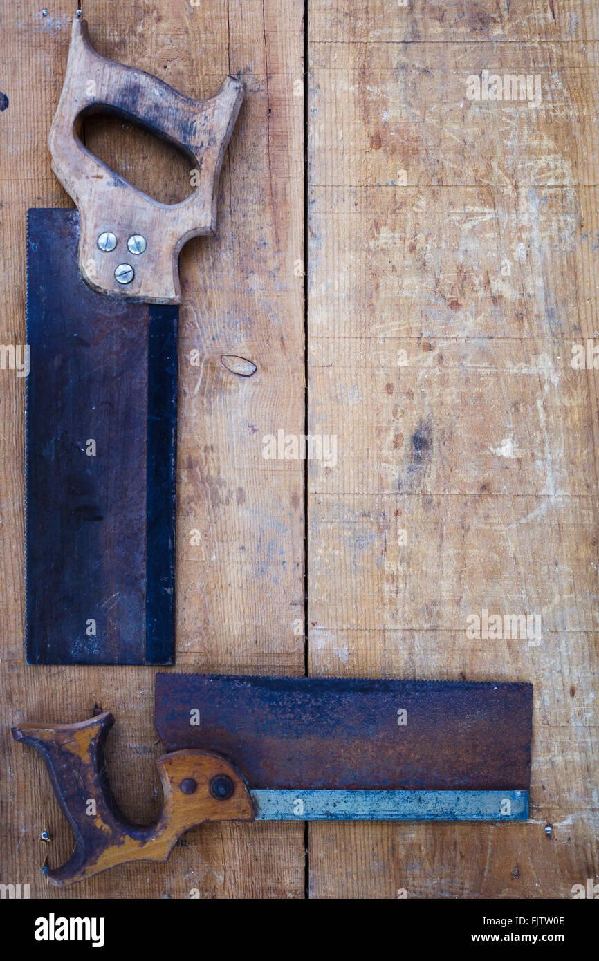 Un alto ángulo de vista de sierras de mano sobre madera Imagen De Stock