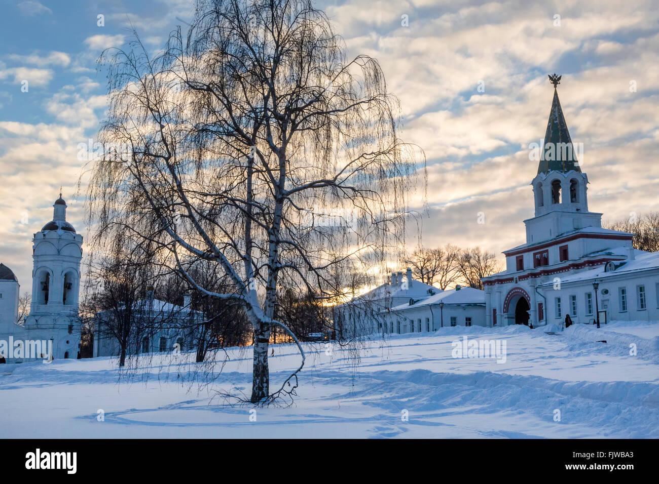 Vista de la parte delantera (Palacio) Gate y torre campanario en Kolomenskoye distrito de la ciudad de Moscú, Imagen De Stock
