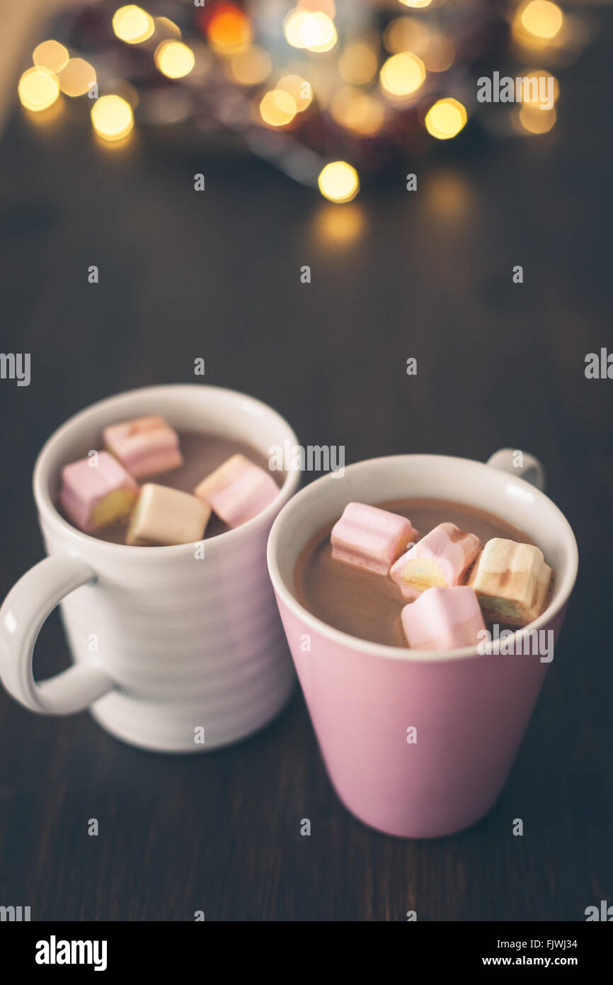 Primer plano de un chocolate caliente con malvaviscos sobre mesa Imagen De Stock