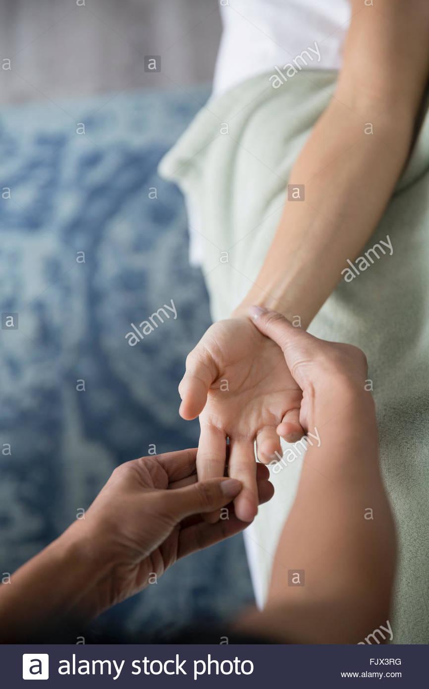 Mujer recibiendo masaje de manos Imagen De Stock
