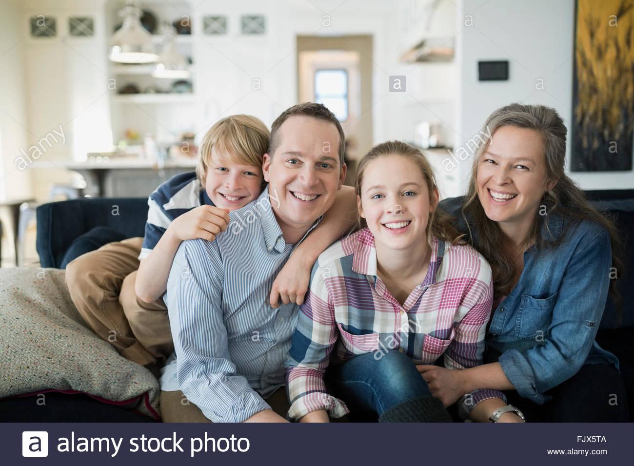 Retrato de familia sonriente en el sofá de la sala Imagen De Stock