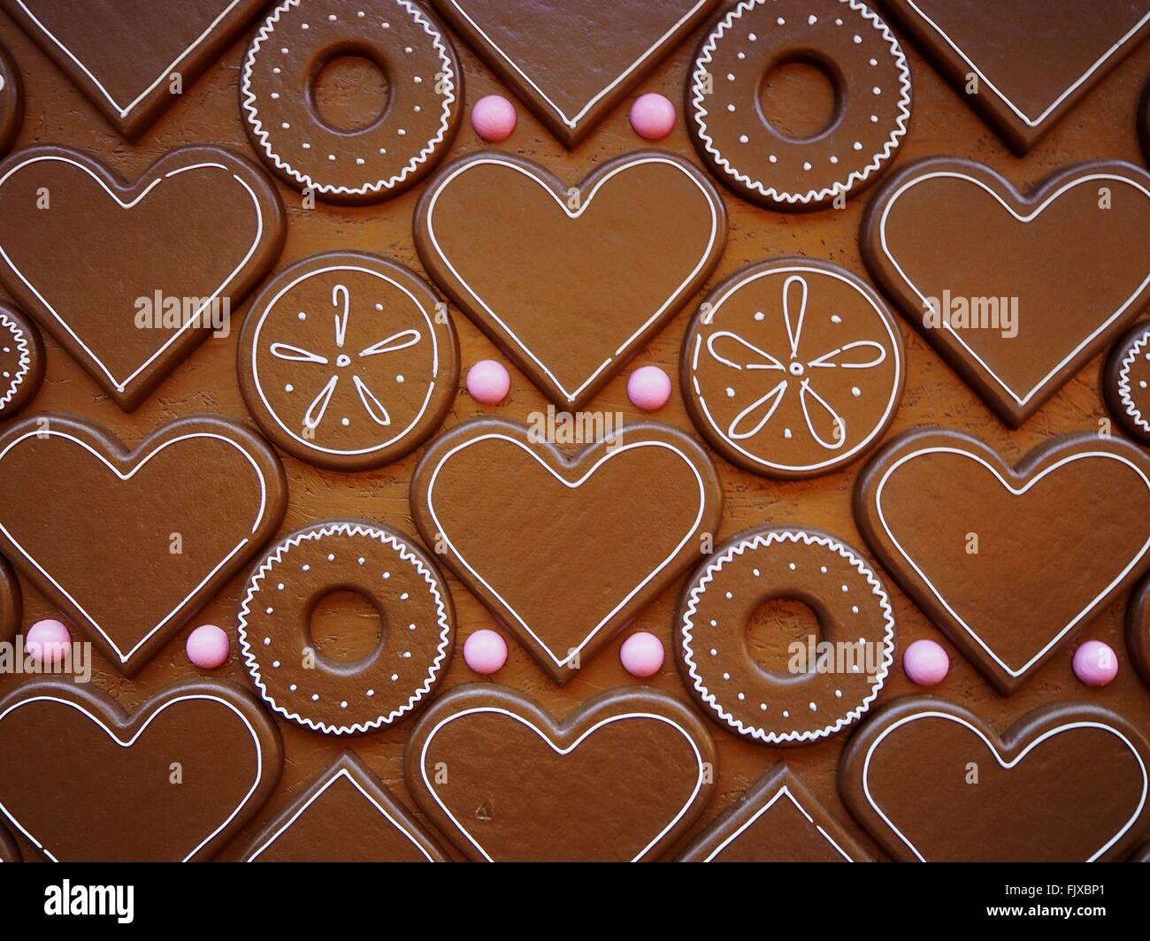 Disparo de fotograma completo de corazón y chocolate con forma de círculo Foto de stock