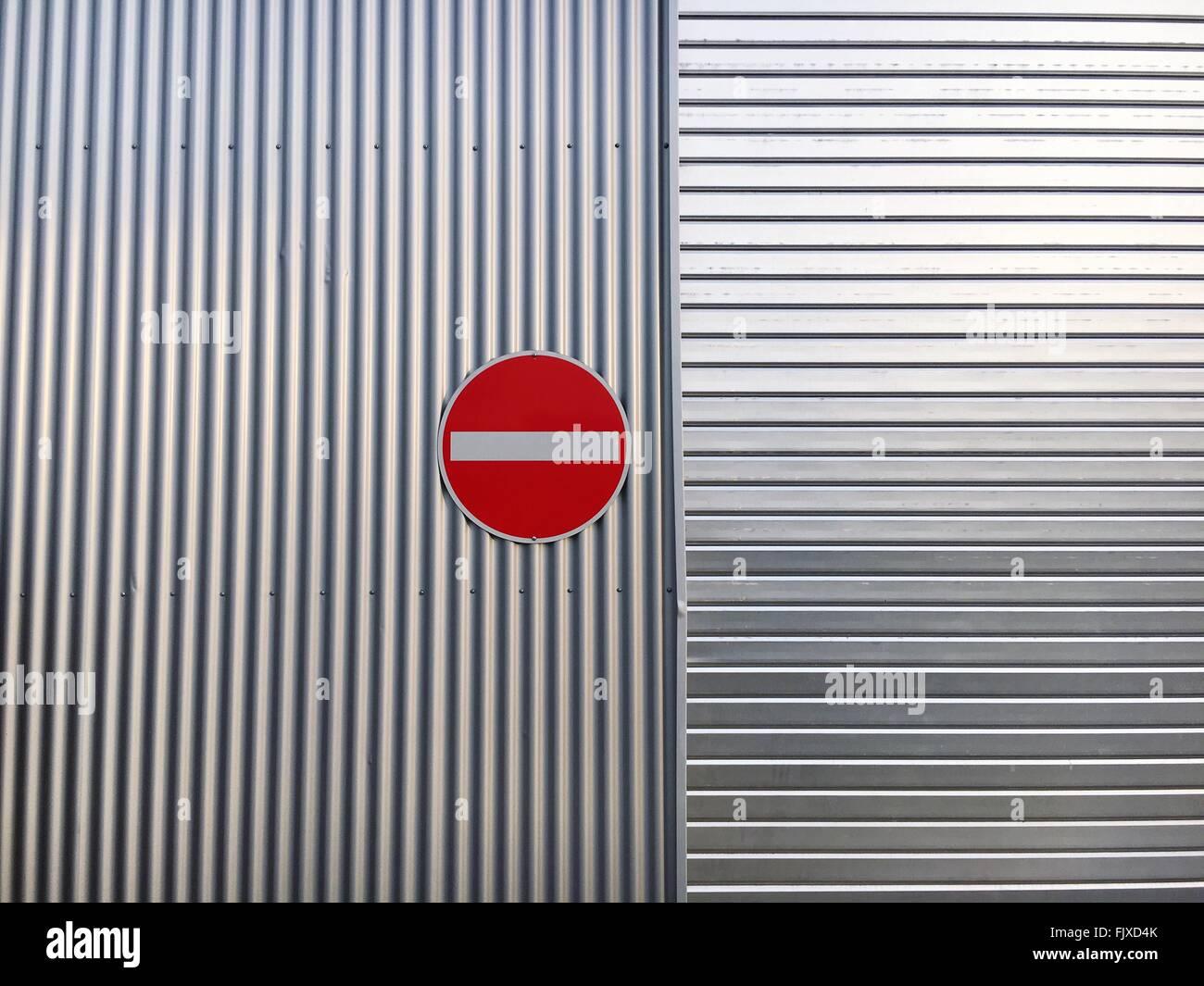 Letrero de pared metálica Foto de stock