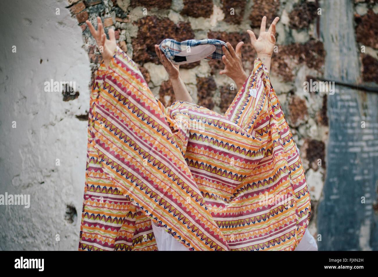 Personas que se esconden bajo una manta durante el tradicional Festival Imagen De Stock