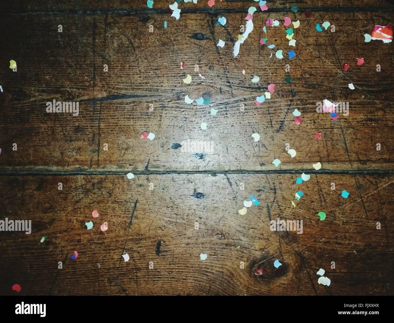 Un alto ángulo de visualización de confeti sobre mesa de madera Foto de stock