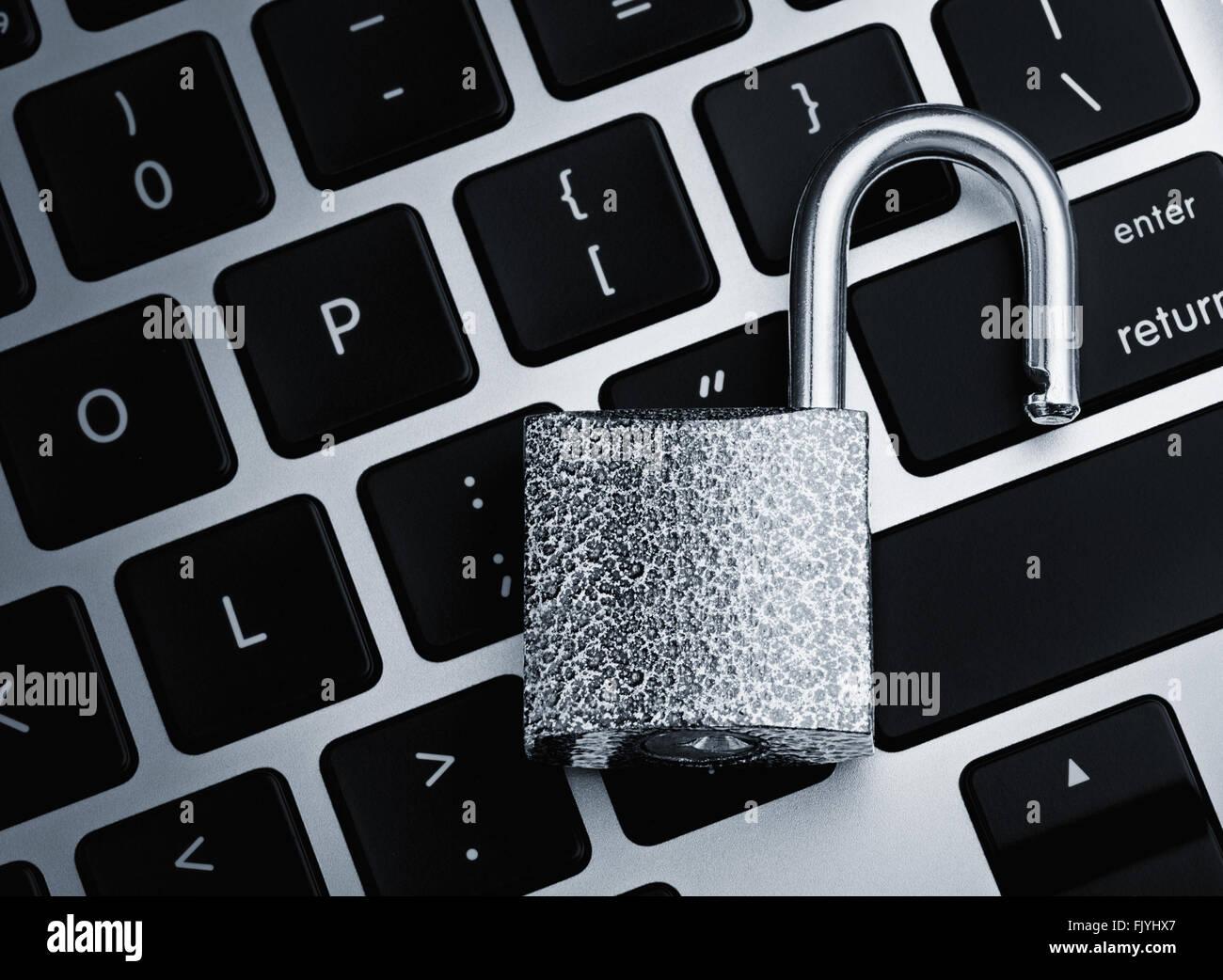 Bloqueo de seguridad abierto en teclado de ordenador - concepto de violación de la seguridad del equipo Imagen De Stock