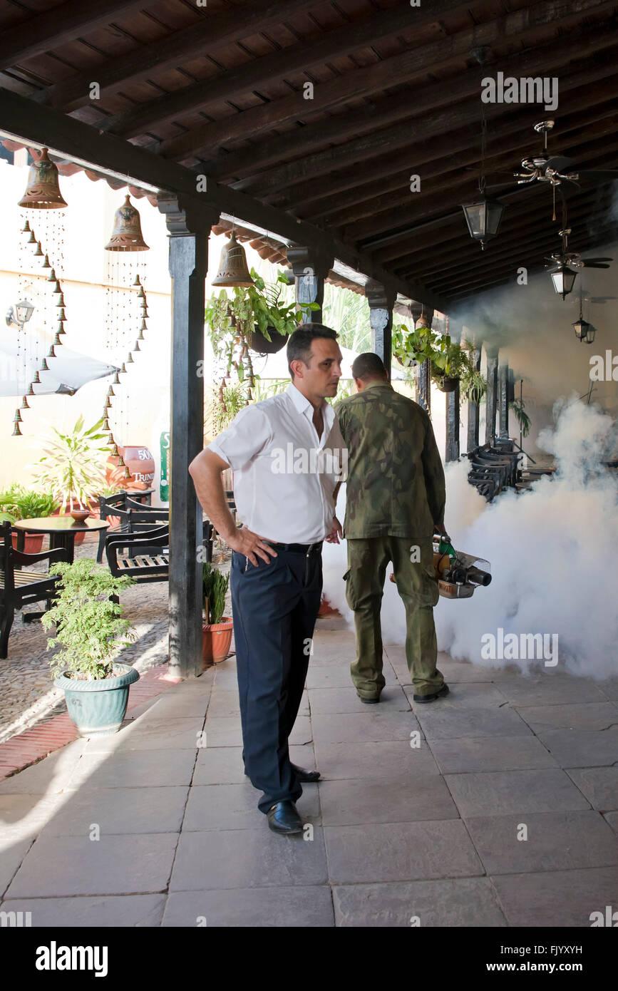 Visión vertical de un restaurante y bar fumigadas contra el mosquito portador Zika en Cuba. Foto de stock