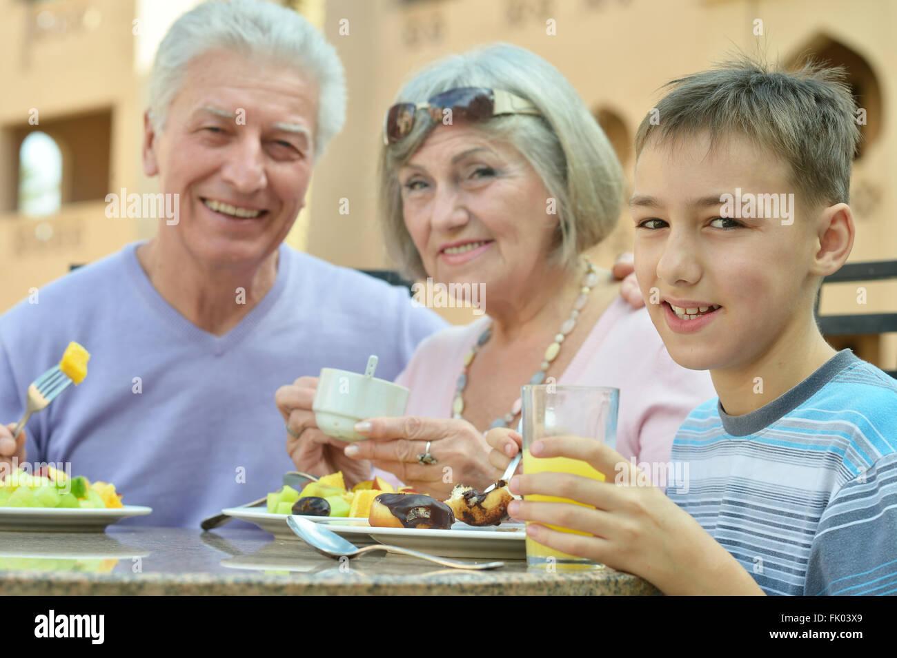 Los abuelos con nieto Imagen De Stock