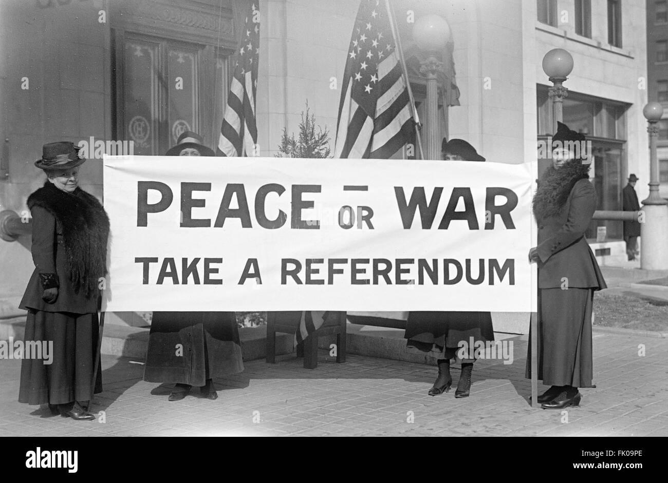Pacifistas femeninos con un titular en la manifestación contra la guerra, Estados Unidos, 1917 Imagen De Stock