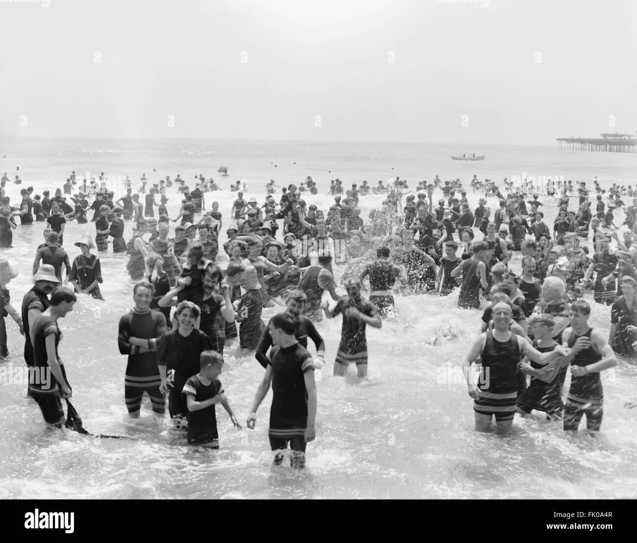Multitud disfrutando de la playa, en Atlantic City, New Jersey, EE.UU., circa 1905 Imagen De Stock