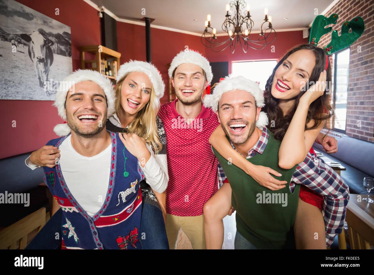 Hombres Vestidos De Navidad Vestidos De Mujer Dando Paseos