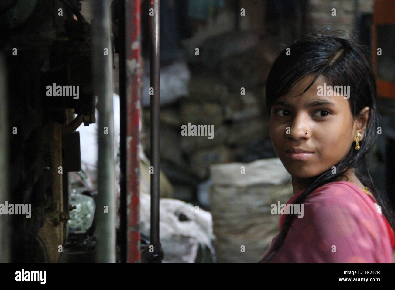 Dhaka, Bangladesh. 5 de marzo de 2016. Una niña de Bangladesh está trabajando en una fábrica de plástico re-ciclo en Lalbag en Dhaka, Bangladesh el 5 de marzo, 2016. Miles de mujeres que trabajaban muchas fábricas en condición de riesgo en la capital de Bangladesh y llevando vida incierta. Crédito: Rehman Asad/Alamy Live News Foto de stock