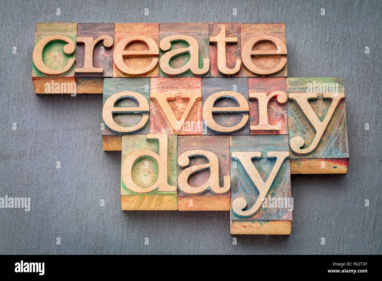 Crear cada día - frase de inspiración vintage tipografía tipo bloques de madera manchada por las Imagen De Stock