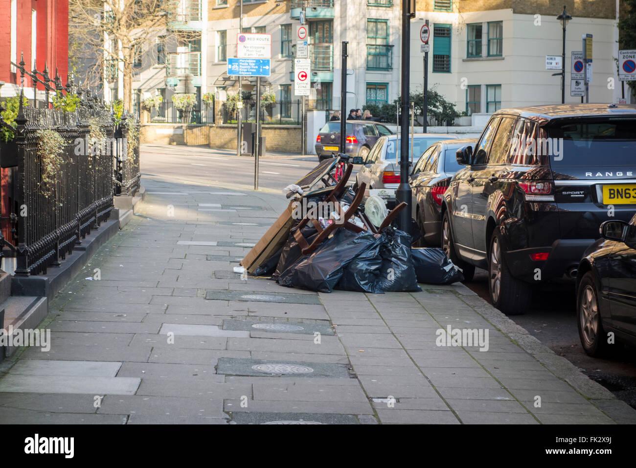 Las bolsas de basura en Old Marylebone Road, London, UK Foto de stock