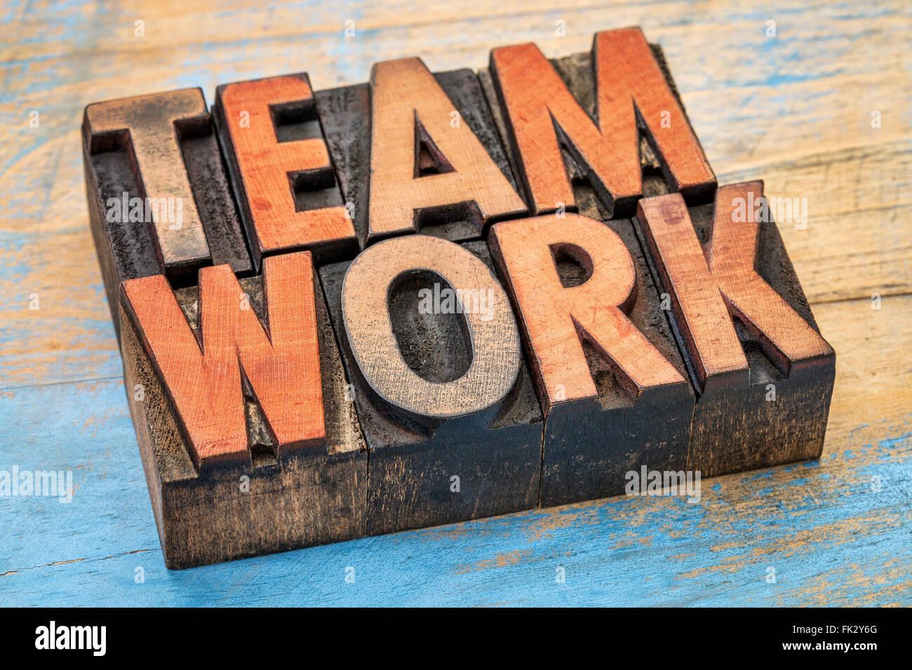 Trabajo en equipo palabra abstracta en tipografía vintage tipo madera manchada por bloques de impresión Imagen De Stock