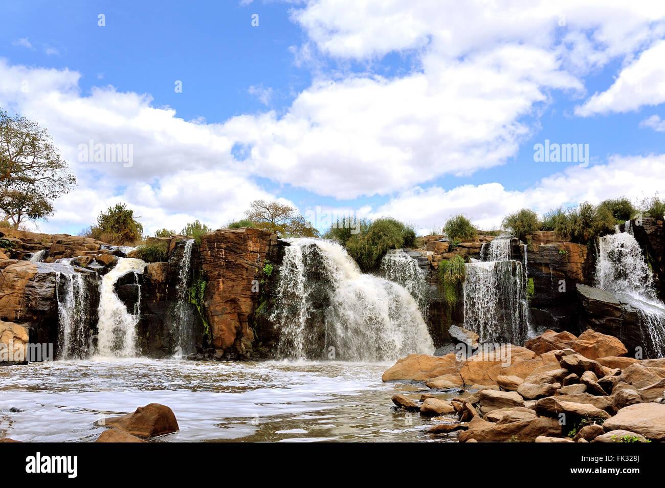 Catorce cae bajo un cielo azul, vista panorámica, Kenya Imagen De Stock