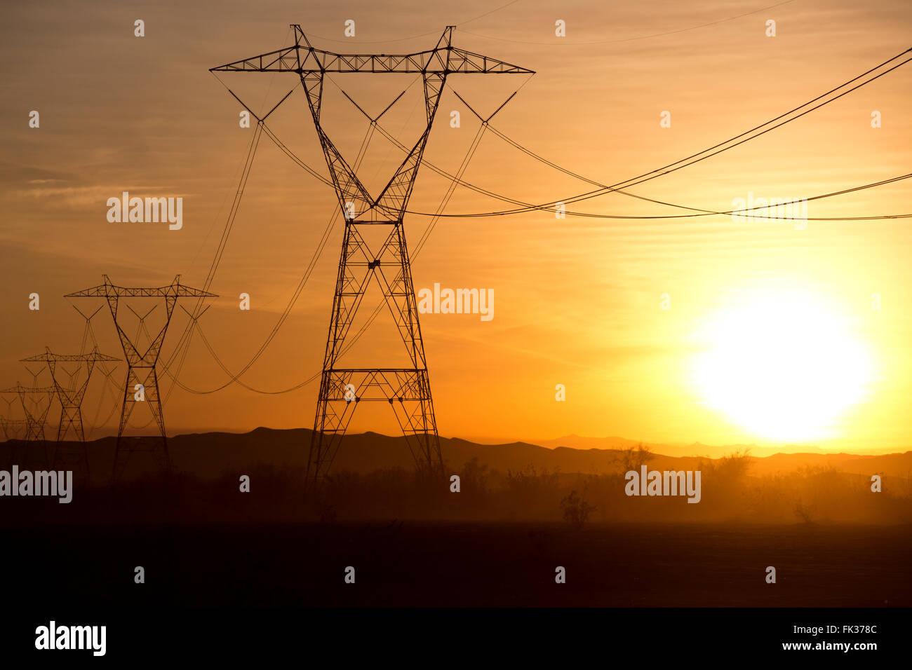 Líneas eléctricas de alta tensión y la puesta de sol en el Desierto de Sonora, California, EE.UU. Imagen De Stock