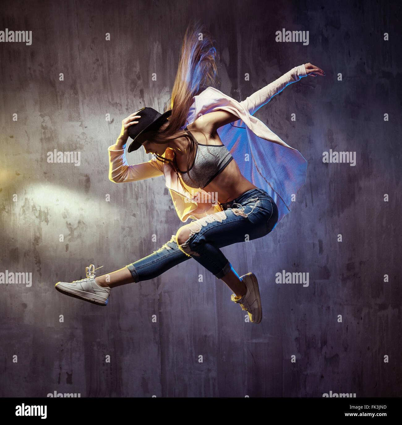 Colocar joven bailarín de hip hop durante el rendimiento Imagen De Stock