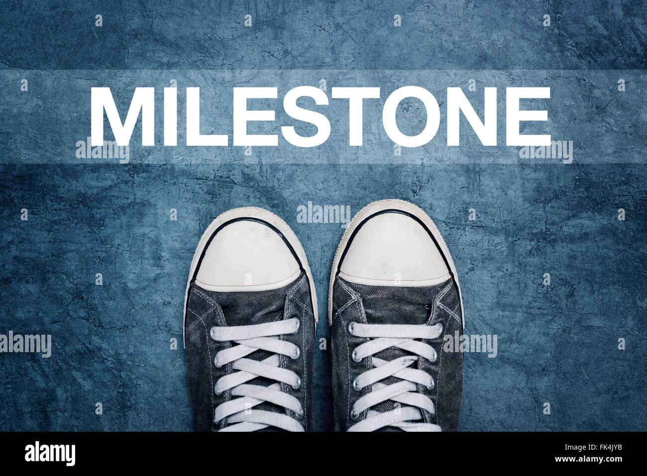 Joven parado en la calle, hito que marca el camino, concepto de logro sin precedentes Imagen De Stock